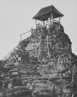 COLLECTIE_TROPENMUSEUM_Europese_mannen_poseren_op_het_tempelcomplex_van_de_Borobudur_bij_de_bovenste_stupa_waarop_een_afdak_en_trapleuningen_zijn_geplaatst_TMnr_60043646